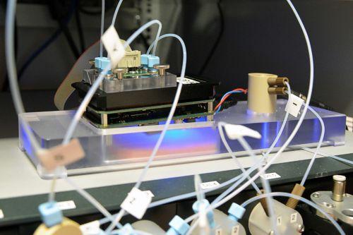 Handgroße Sensoreinheit mit integriertem optischen Biosensor, Quelle: Fraunhofer IKTS